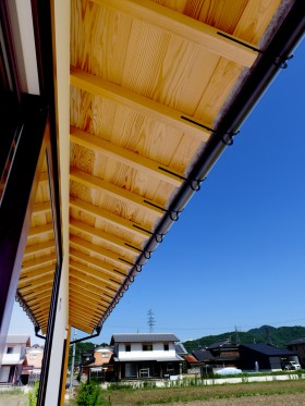 和モダンな平屋 軒天板張